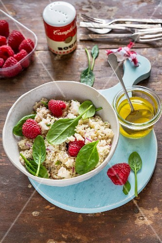 Bulgur salad with spinach and raspberries