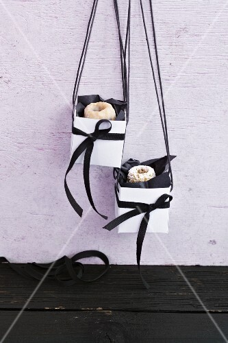 Mini Bunt cakes as a gift in homemade carry boxes