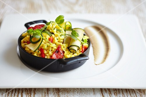 Paella with courgette rolls and peppers