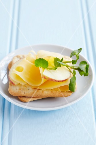 Cream crackers with sliced Emmental, apple and watercress