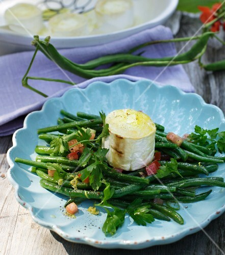 Green bean salad with oven-roasted goat's cheese