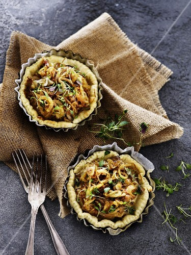 Puff pasty tartlets with caramelised onions and thyme