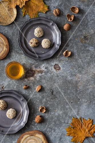 Healthy energy bites with oats, sesame seeds, walnuts and honey
