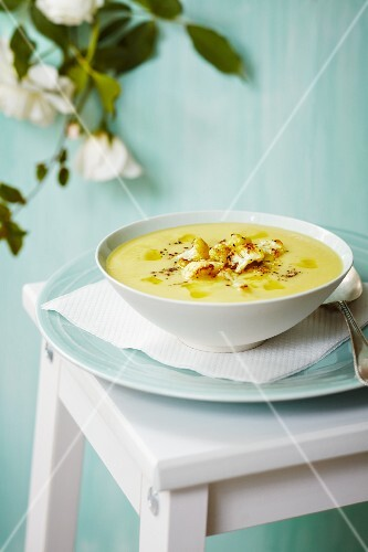Cauliflower soup with cauliflower florets and spices