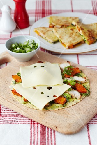 Toasted tortillas filled with chicken, sweet potatoes and Emmental cheese