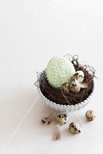 Osterplätzchen und Wachteleier im Osternest