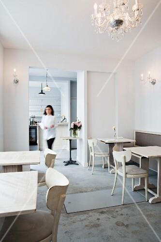 The white interior of the restaurant Neige d'Été, Paris