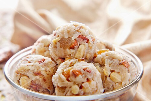 Coconut ladoo (sweet dumplings with coconut, India)
