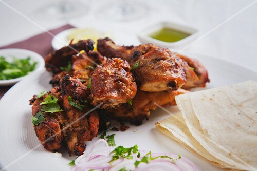 Fried tandoori chicken with onions and unleavened bread