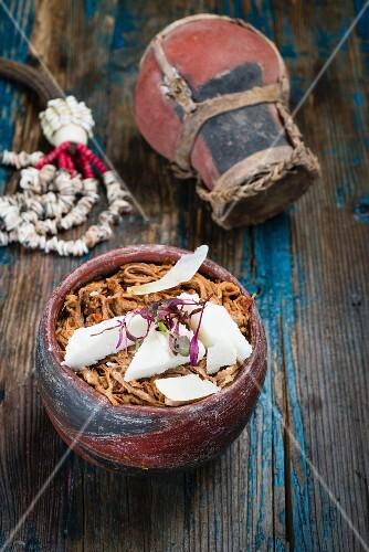 Pulled Beef mit Amasi (fermentierte Milch, Afrika) Maismehlschnitten
