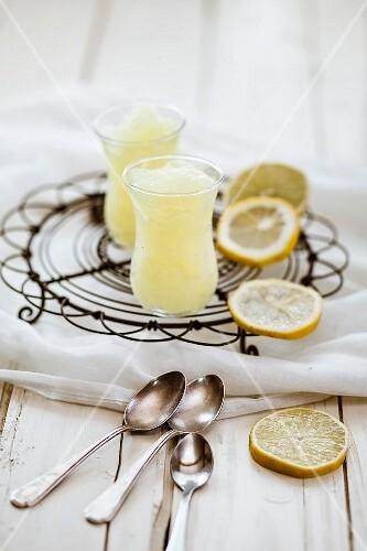 Lemon granita and lemon slices