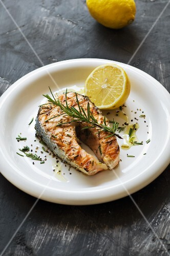 Grilled salmon with rosemary and lemon