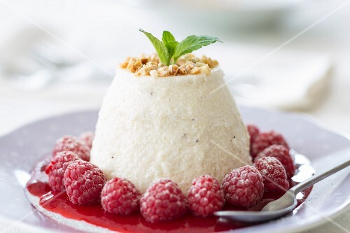 Semolina pudding with raspberries