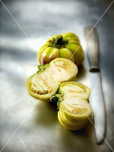 Jacato (Auberginen aus Afrika), ganz und halbiert