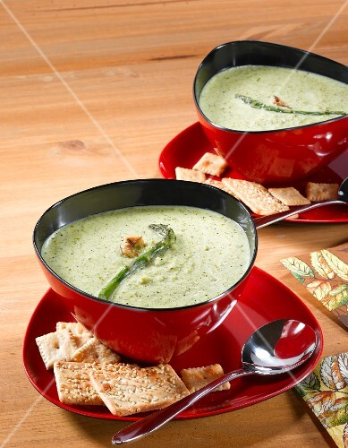 Asparagus soup with crackers