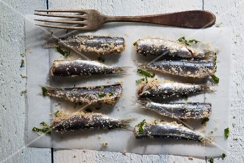 Mit Brotbrösel und Petersilie panierte Sardine