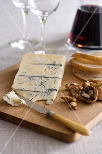 Gorgonzola, walnuts, bread and red wine