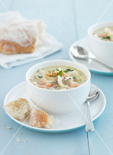 Seafood chowder with white bread