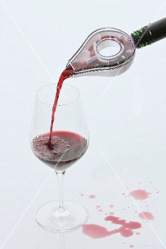 A pouring aid for red wine