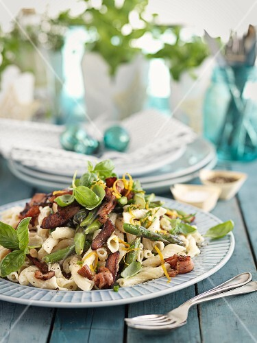 Pasta salad with bacon and asparagus