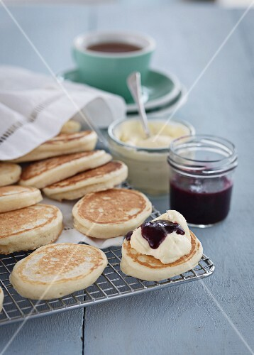 Pikelets with cream and jam