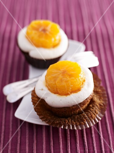 Gingerbread cupcakes with lemon cream and mandarins