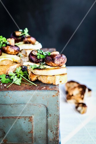 Crostini with cheese and mushrooms