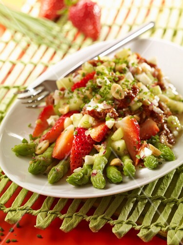 Green asparagus salad with strawberries and a nut dressing