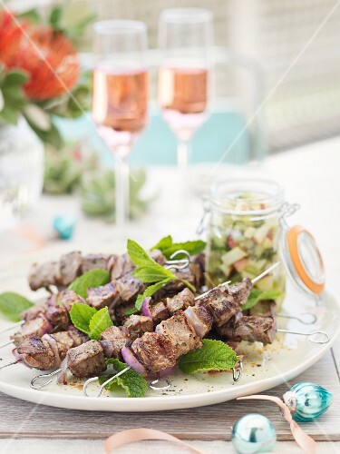 Lamb skewers with onions and peppermint