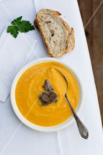 Sweet potato soup with beef strips (seen from above)