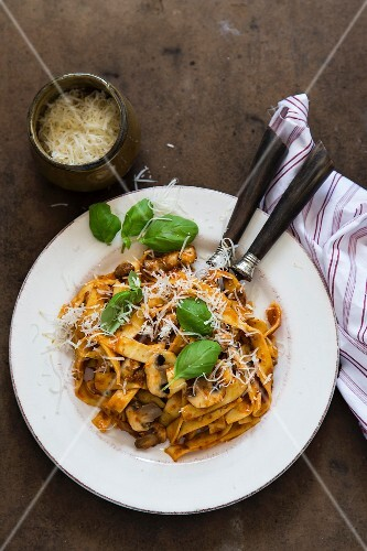 Pasta with tomato sauce and mushrooms