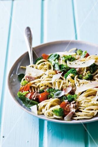 Spaghetti with tuna fish, broccoli and tomatoes