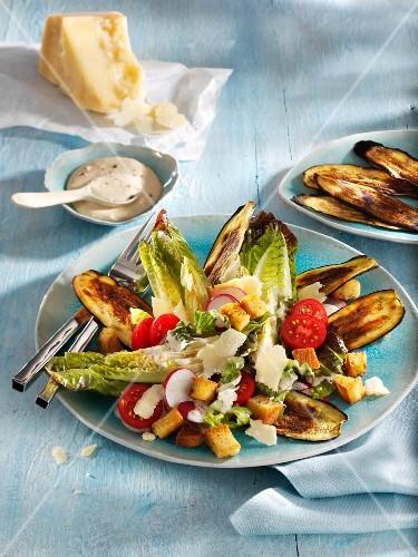 Salat von Romanaherzen mit Käsedressing, Radieschen und Croutons