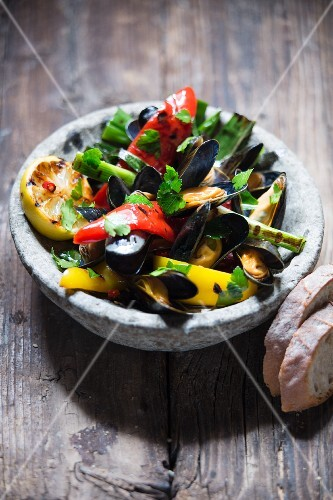 Grilled mussels with vegetables