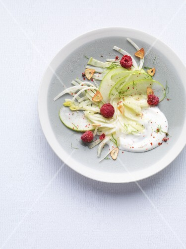 Raw fennel salad with green apples and a yoghurt dressing