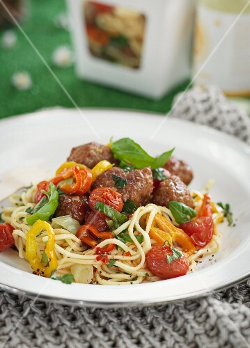 Spaghetti salad with meatballs