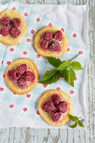 Quick mini tartlets with raspberries