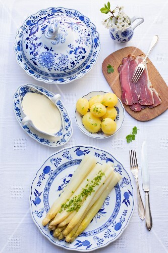 Asparagus with Hollandaise sauce, new potatoes and ham