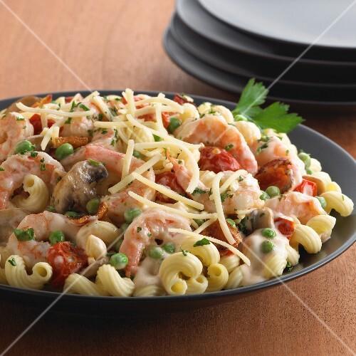 Elbow macaroni with prawns, peas and mushrooms