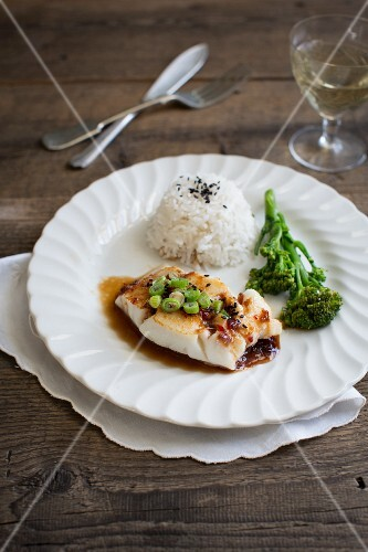 Teriyaki cod with spring onions, black sesame seeds, rice and broccoli