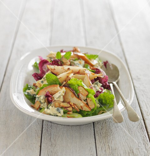 Mixed leaf salad with pears and mint