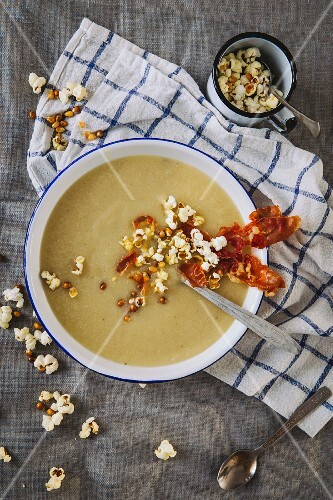 Cream of cauliflower soup with bacon and popcorn (seen from above)