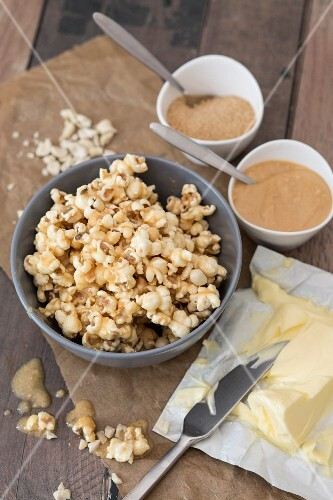 Popcorn flavoured with sugar, peanut mousse and butter