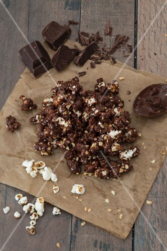 Chocolate popcorn with almonds