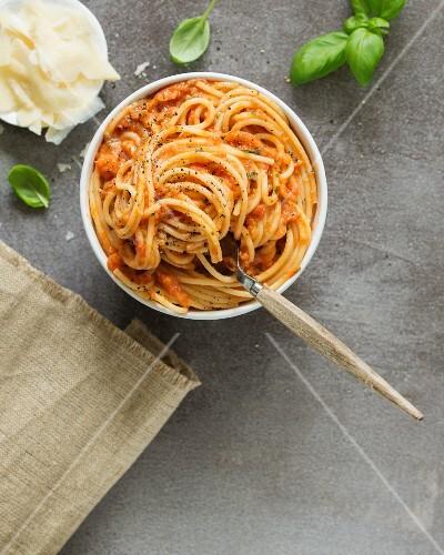 Pasta al pomodoro (pasta with tomato sauce, Italy)