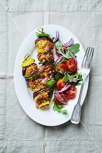 Würzige Curryhähnchenspiesse mit Gemüse, Sesam und Tomatensalat
