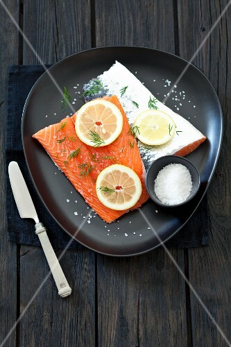 Salmon fillets with lemon, salt and dill