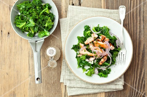Fried kale salad with grilled salmon and red onions