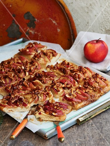Apple cake with nut caramel