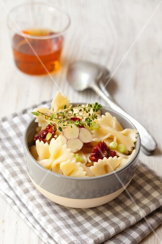Farfalle with fresh garlic, dried tomatoes and thyme